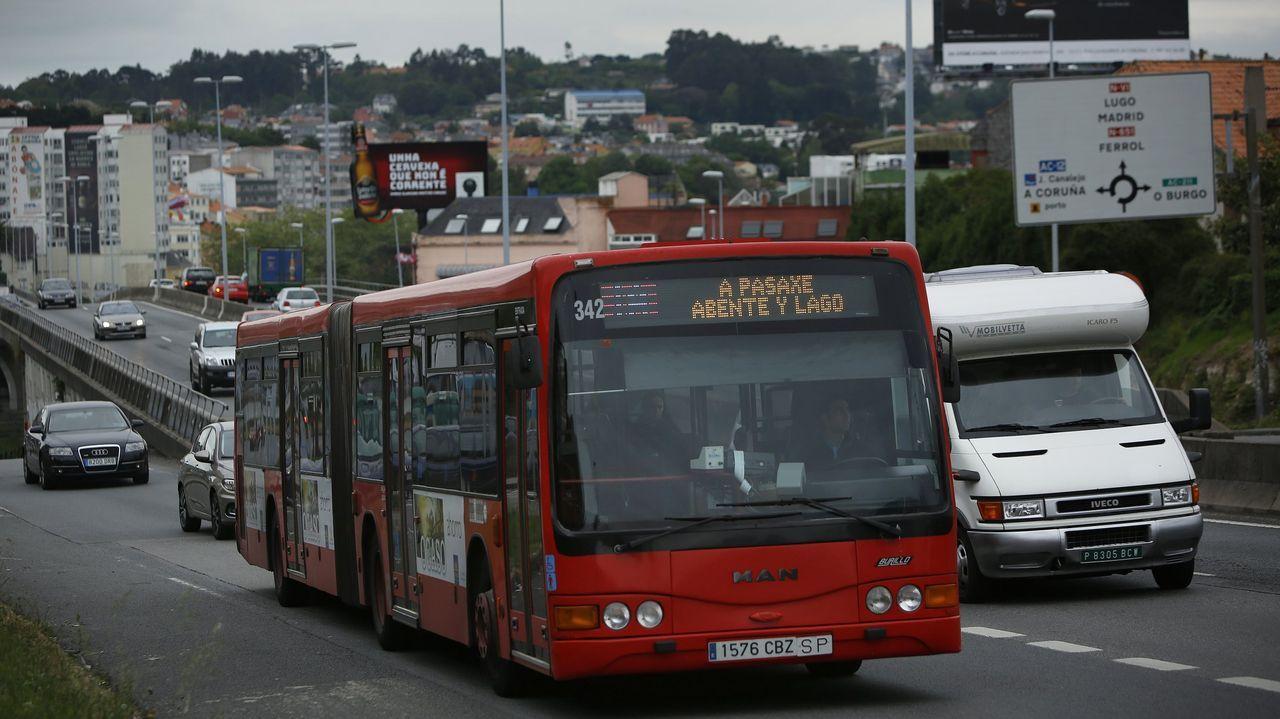 Colas de vecinos en Santiago para recoger alimentos