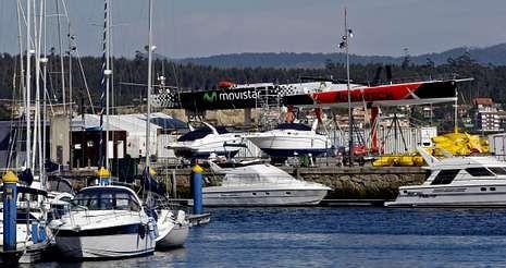 Las embarcaciones del Team Campos objeto de la polémica se encuentran en la actualidad en el puerto de Sanxenxo, al fondo de la foto.