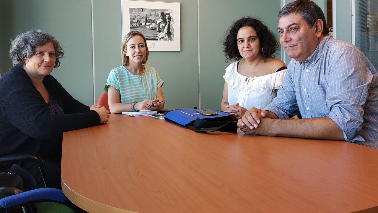 Programa Juventud Asturiana Cooperante 2019.De derecha a izquierda, el presidente de Medicus Mundi Norte, Luis Casado; Lucía Nosti, responsable de proyectos de educación de la entidad;  la directora de la Agencia Asturiana de Cooperación al Desarrollo, Beatriz Coto, y Mónica Peña, responsable de proyectos de cooperación de la ONG.