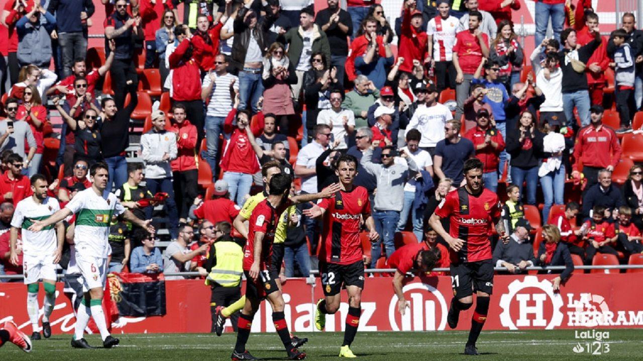 Gol Christian Fernandez Real Oviedo Nastic Carlos Tartiere.Los jugadores del Mallorca celebran un gol al Elche