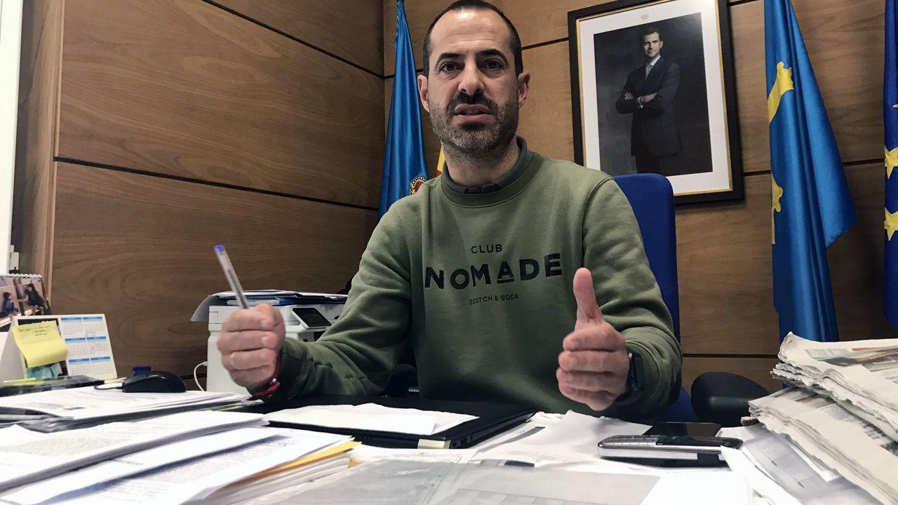 La borrasca «Karim» desploma el techo del polideportivo de El Berrón.El alcalde de Siero, Ángel García, Cepi, en su despacho de la Alcaldía