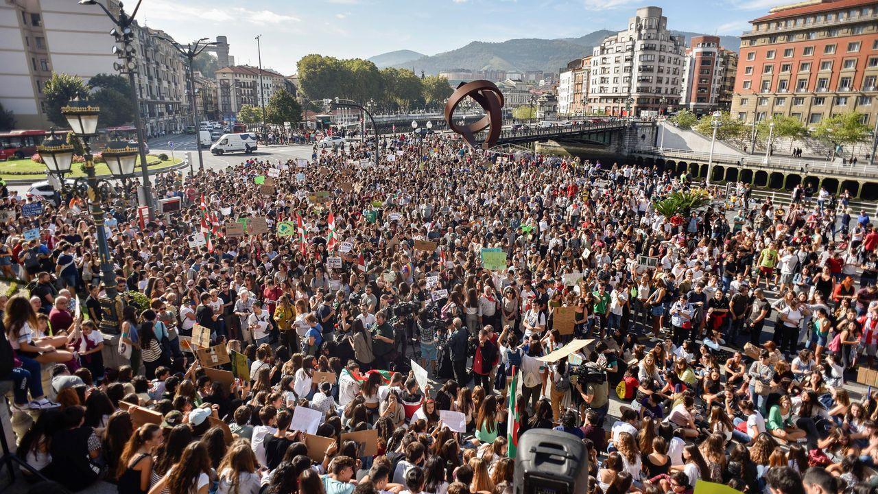 Cientos de personas participan este viernes en una concentración convocada en Bilbao por diversos colectivos sociales con motivo de la «Huelga Mundial por el Clima»