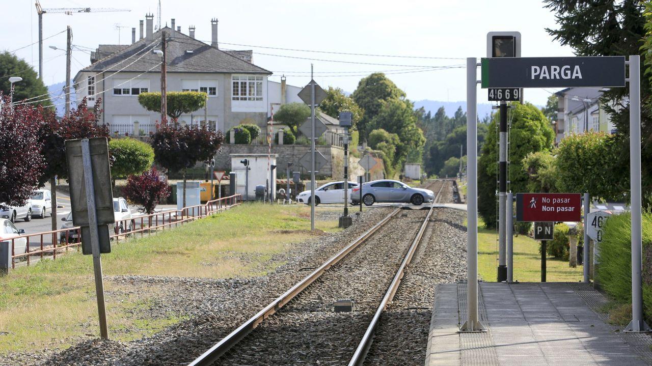 Lugares para visitar en Lugo en un día gris.La vía del tren pasa por el centro urbano de Parga