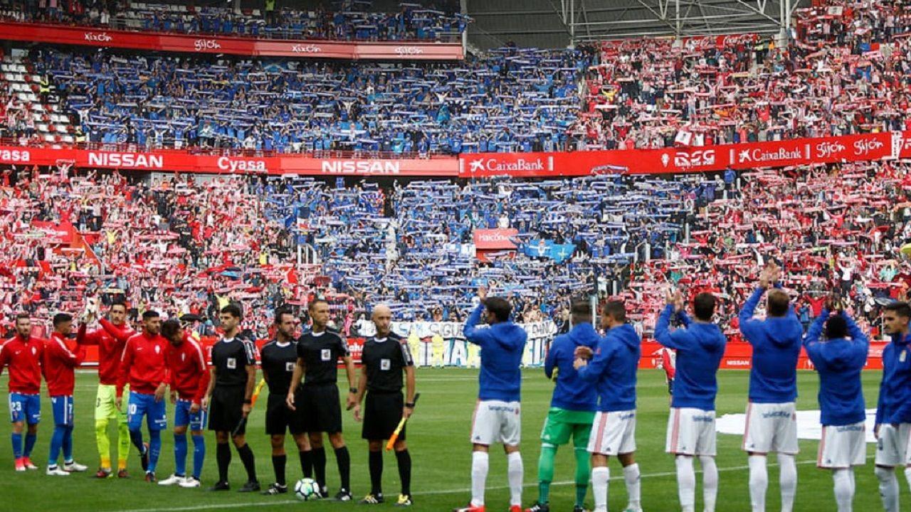 Afición del Real Oviedo en El Molinón antes del derbi de la 17/18