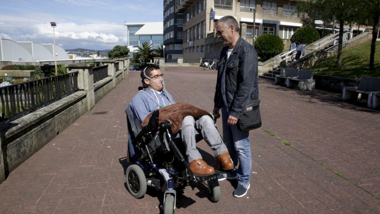 Daniel Fiaño, con su padre. La USC ha recurrido a la financiación privada para pagarle un asistente personal