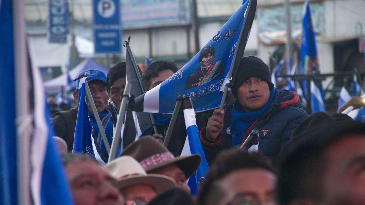 Los seguidores de Evo Morales ondeaban las banderas del Movimiento al Socialismo (MAS)