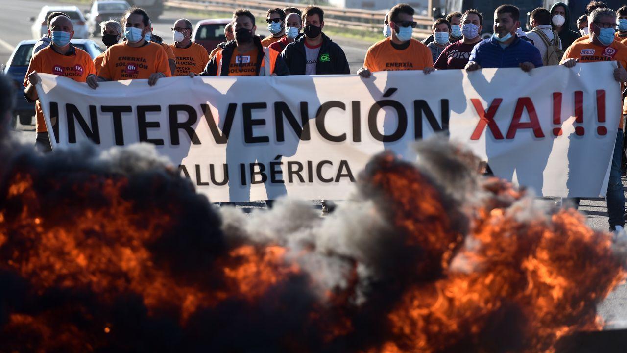 Protesta de los trabajadores de Alcoa cortan la carretera de la costa en Xove.Una de las últimas protestas el pasado domingo con estudiantes en San Cibrao