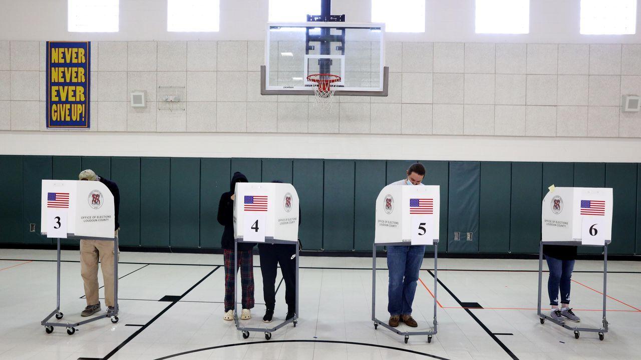 Los votantes ejercen su derecho al voto en Virginia