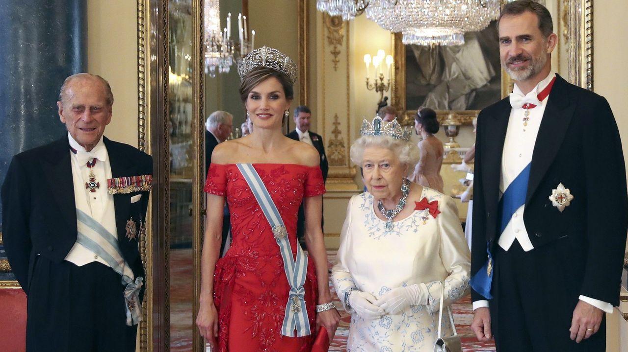 El duque de Edimburgo, junto a la reina Isabel II y los reyes de España, Felipe VI y Letizia, a su llegada a la cena de gala ofrecida por la monarca británica con motivo del viaje de los reyes de España al Reino Unido en julio del 2017