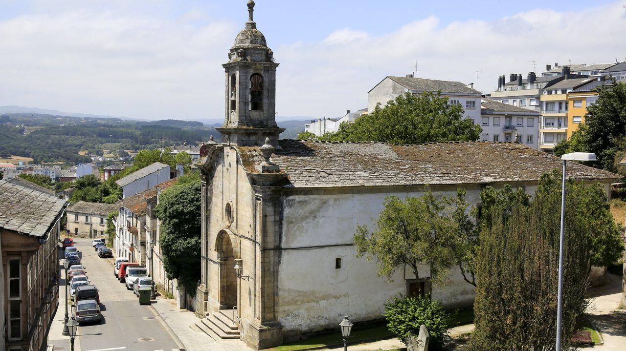 Así es el cámping de A Fonsagrada.El tejado de la iglesia del Carmen está muy deteriorado