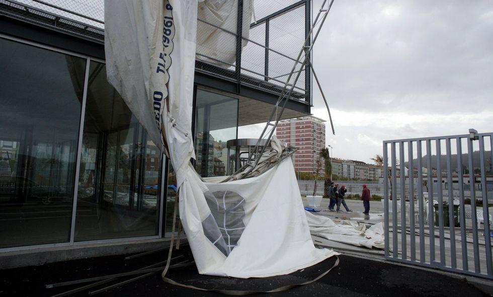 La carpa que arrastró a la fallecida quedó completamente destrozada al cesar el viento.