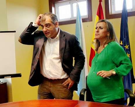 Momento de la firma entre González y Ethel Vázquez.