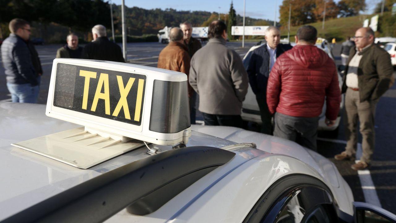 Taxista que lleva la compra a domicilio.La avenida Romero Donallo, en Santiago, sin tráfico
