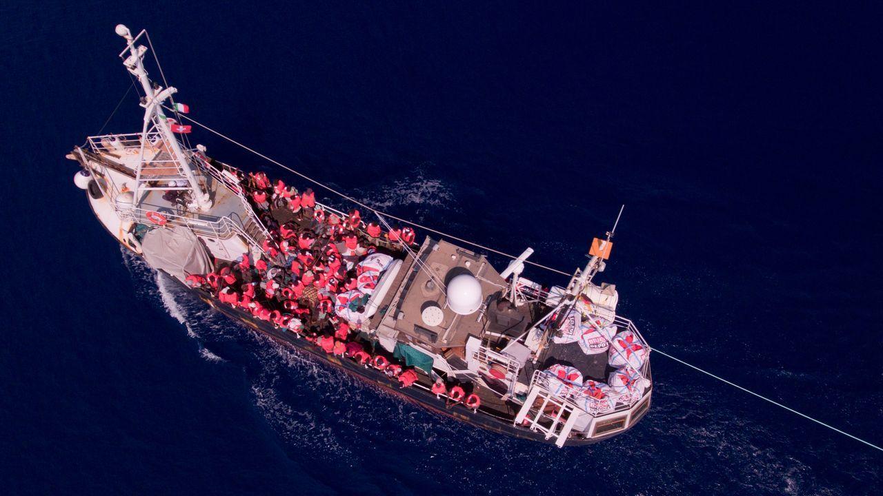 Así fue el recibimiento de los 30 policías de la UIP en A Coruña.El barco alemán Eleonore lleva a bordo a unos 110 migrantes rescatados frente a Libia
