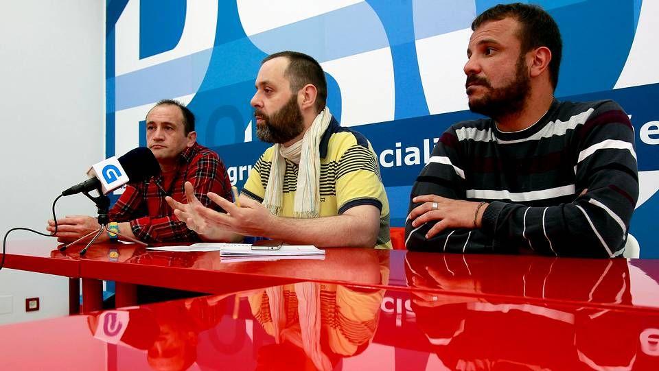 La concejala Ana Fernández con los organizadores del Día del Orgullo LGTB
