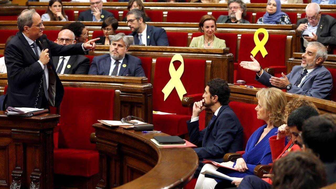 El presidente de la Generalitat, Quim Torra, responde a una pregunta del presidente del grupo parlamentario de Ciudadanos, y líder de la oposición, Carlos Carrizosa