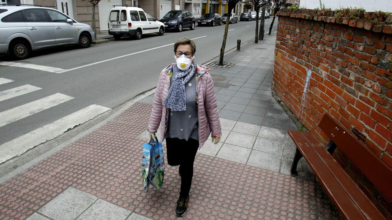 Una vecina sale a hacer la compra en Monforte provista de mascarilla de protección