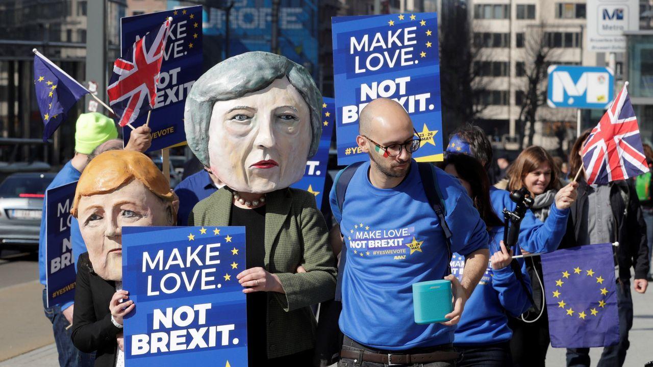 El Parlamento británico le arrebata a Theresa May el control sobre el Brexit.Manifestación frente al edificio de la Comisión Europea en Bruselas para exigir un segundo referendo sobre el «brexit»