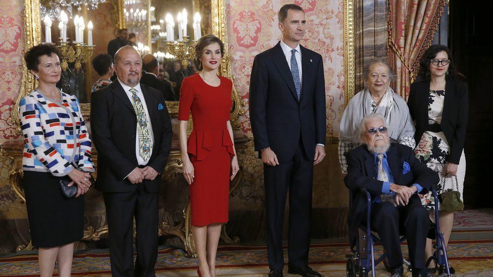 Los Reyes de España reciben a Fernando del Paso (3d) y su esposa Socorro (2d) y sus hijos, hoy en el Palacio Real donde don Felipe y doña Letizia han ofrecido un almuerzo al escritor mexicano como antesala de la entrega mañana del Premio Cervantes.