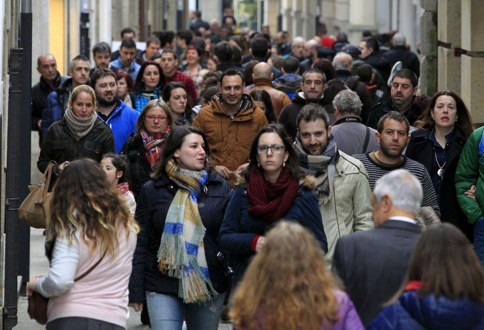 Turistas y mariñanos atestan calles y plazas de la comarca, como esta de Viveiro.
