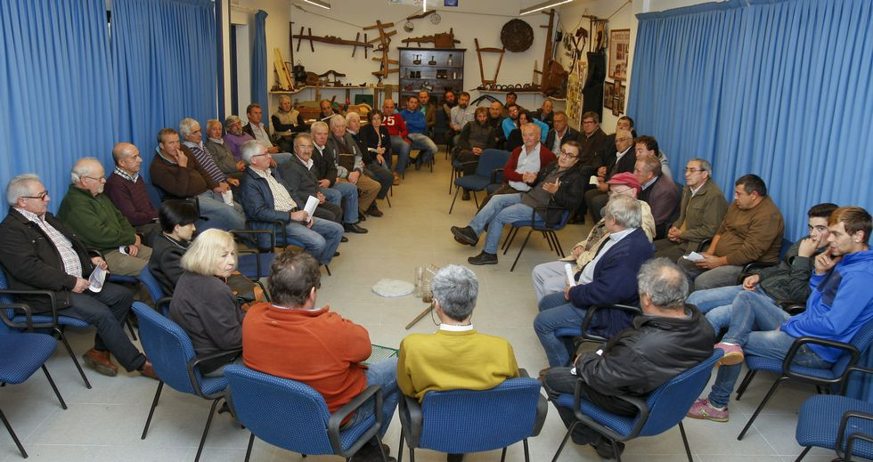Medio centenar de apicultores de la zona, incluso de Culleredo, se reunieron en Fonteboa.