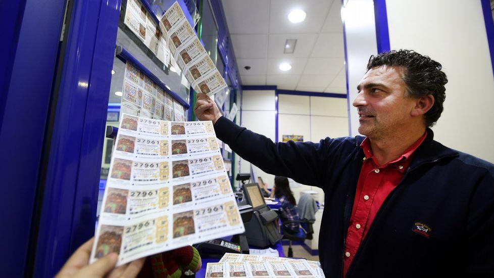 Cuarenta años de la lluvia de millones del gordo de lotería que inundó Vilalba.Mariola Cortizo, en su administración de lotería, en Santiago