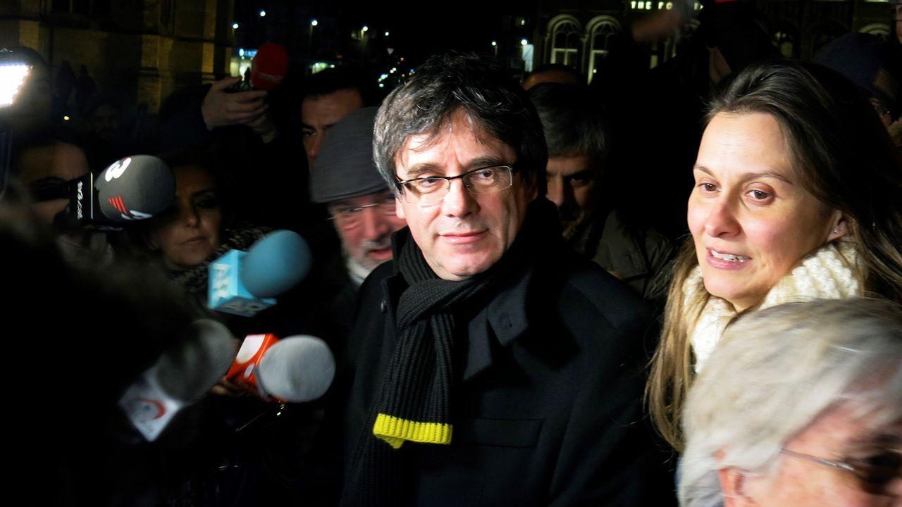 Puigdemont se va de tapas tras conmemorar los 100 días que lleva fugado.Colau durante un pleno en el Ayuntamiento de Barcelona