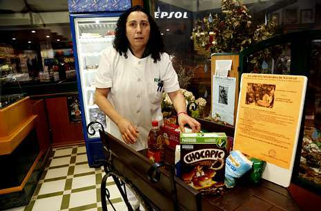 La panadería Roiser es uno de los puntos de recogida de alimentos en la operación Kilo-Litro de Coristanco.