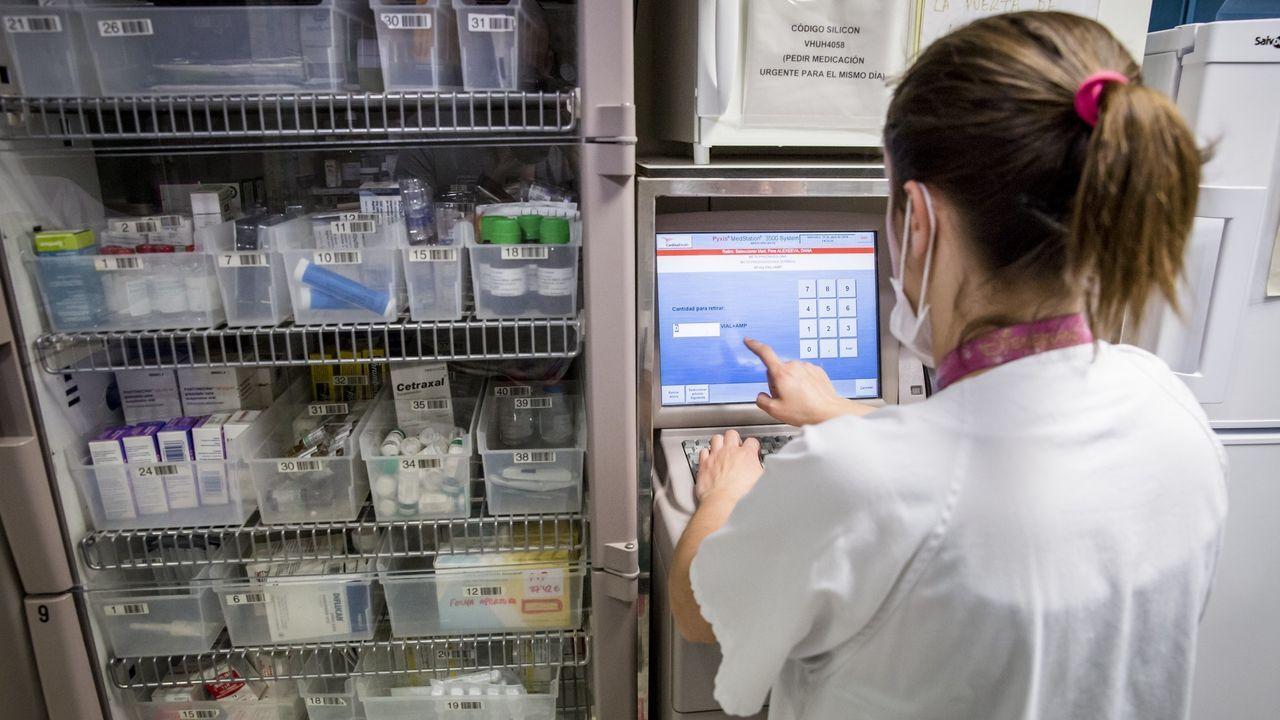 Una enfermera preparando medicacion para los pacientes