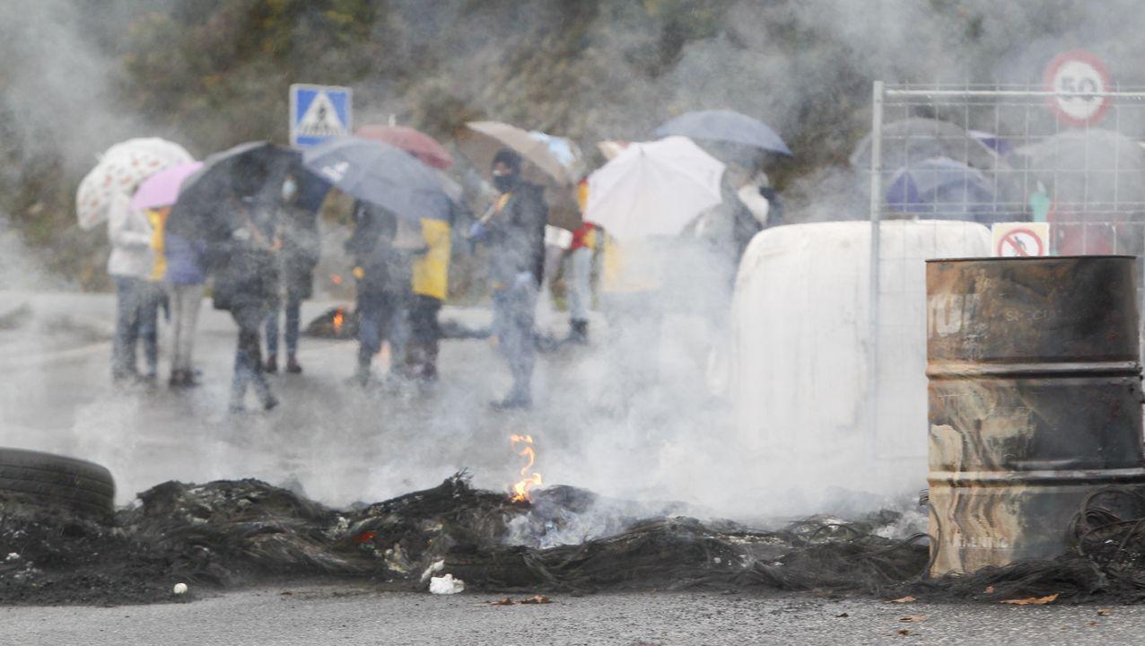 Agentes de la Policía Local de Ferrol en un control sobre los desplazamientos en la carretera de la Trinchera