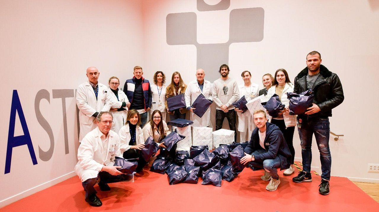 Los jugadores y jugadoras del Real Oviedo con el servicio médico del HUCA