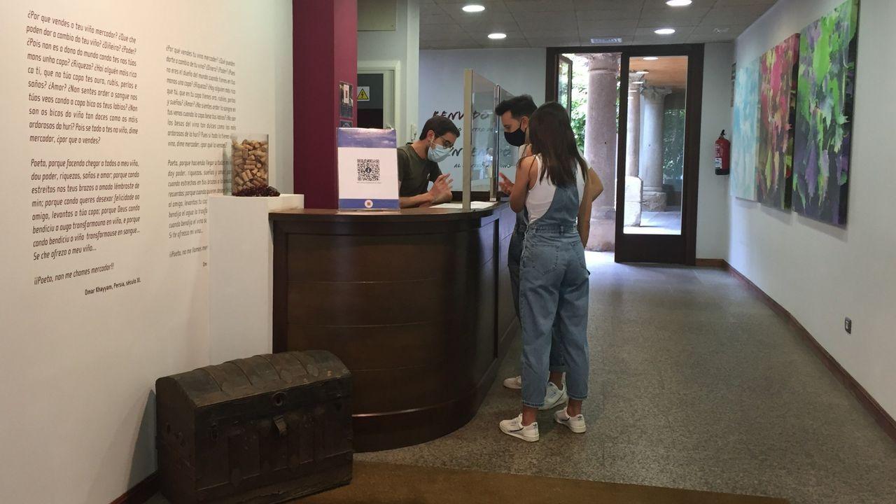 Visitantes realizando una consulta en la oficina de turismo de Monforte, en una imagen de archivo