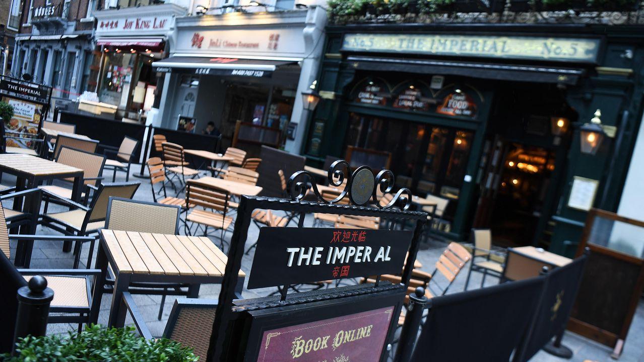 Mesas vacías en la terraza de un pub de Londres