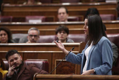 Inés Arrimadas interviene en el Congreso, en una sesión del pasado febrero, ante la atenta mirada de Gabriel Rufián