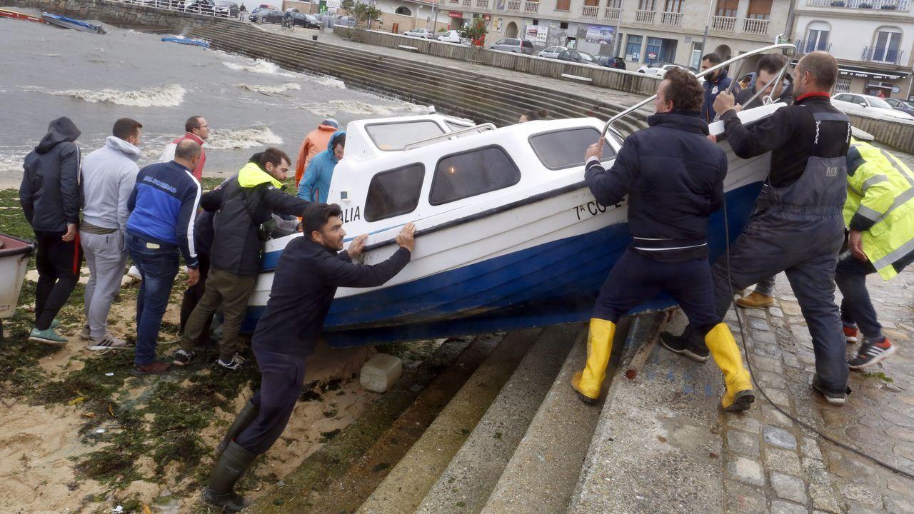 Los marineros de A Illa ponen a salvo sus embarcaciones en el muelle de O Xufre
