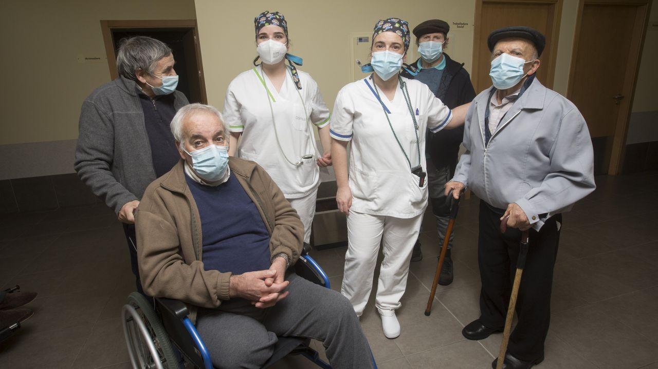 Usuarios y personal de la DomusVi de Vimianzo, en donde ya no hay casos de covid