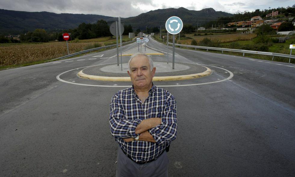 Enrique González, junto a la rotonda que instaló la Xunta en la zona donde murió su mujer.