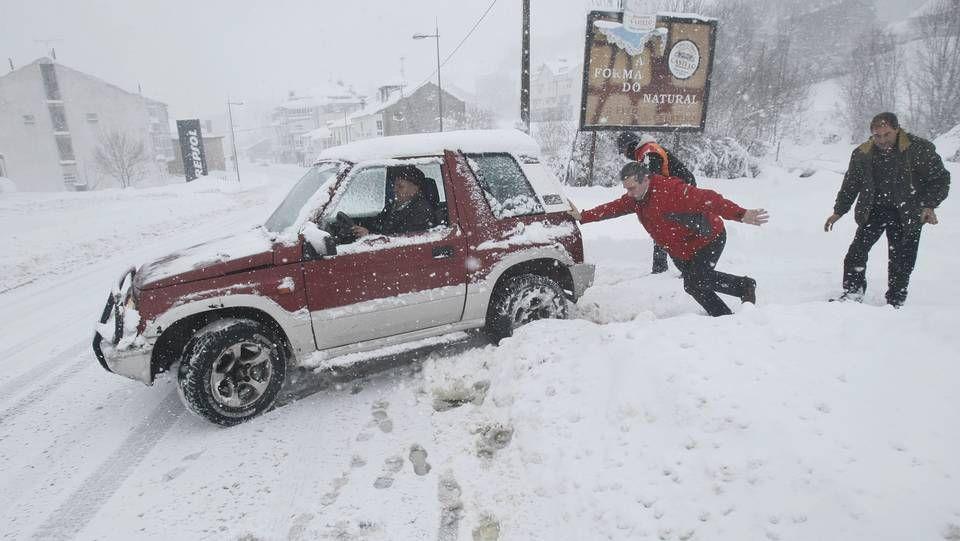 Nevada histórica en Pedrafita do Cebreiro.La nieve todavía está en los arcenes y los campos, pero no en las carreteras, como se aprecia en el retrovisor