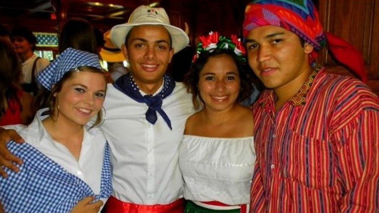 Sara Parcero, la primera por la izquierda, en una celebración de trajes tradicionales de los países de origen de los alumnos