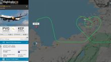 Un avión islandés cargado de material sanitario dibuja una bandera sobre la capital del país