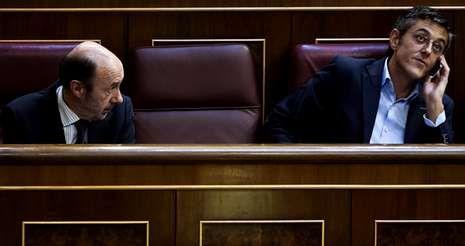 Rubalcaba y Eduardo Madina, número dos del grupo parlamentario, en un momento de la sesión de ayer en el Congreso.