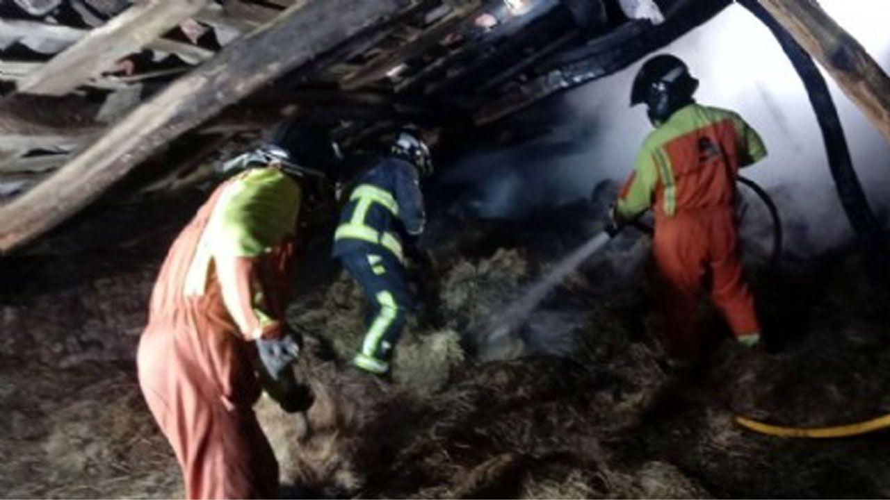 Bomberos del SEPA trabajando en la extinción del incendio en un pajar en Carreño