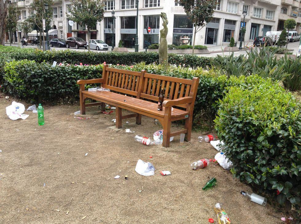 Así es el nuevo anuncio de Coca-Cola.Botellas con bebidas y plásticos esparcidos por la Alameda.