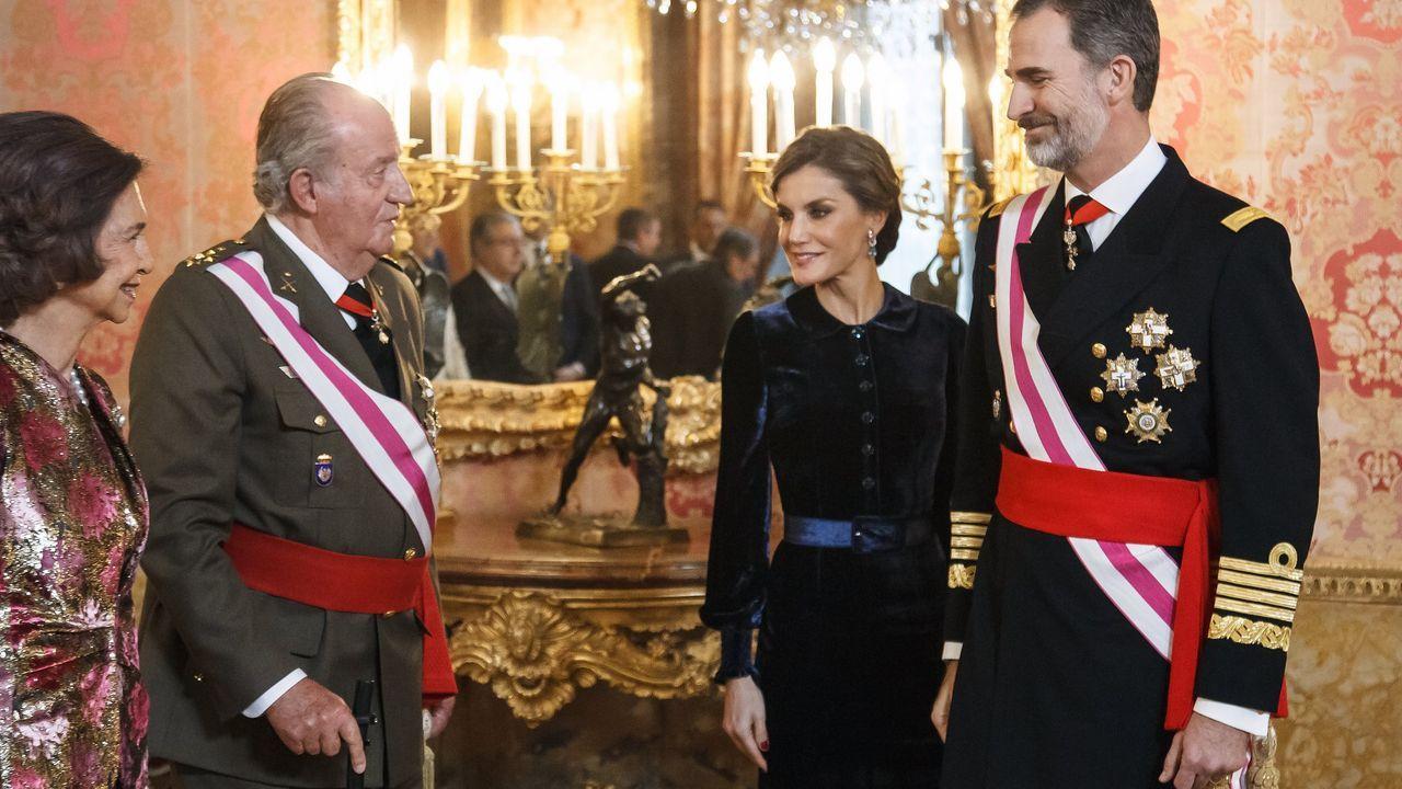El rey Felipe VI junto a su padre, su madre y la reina Letizia, en una imagen del 2018 en el Palacio Real