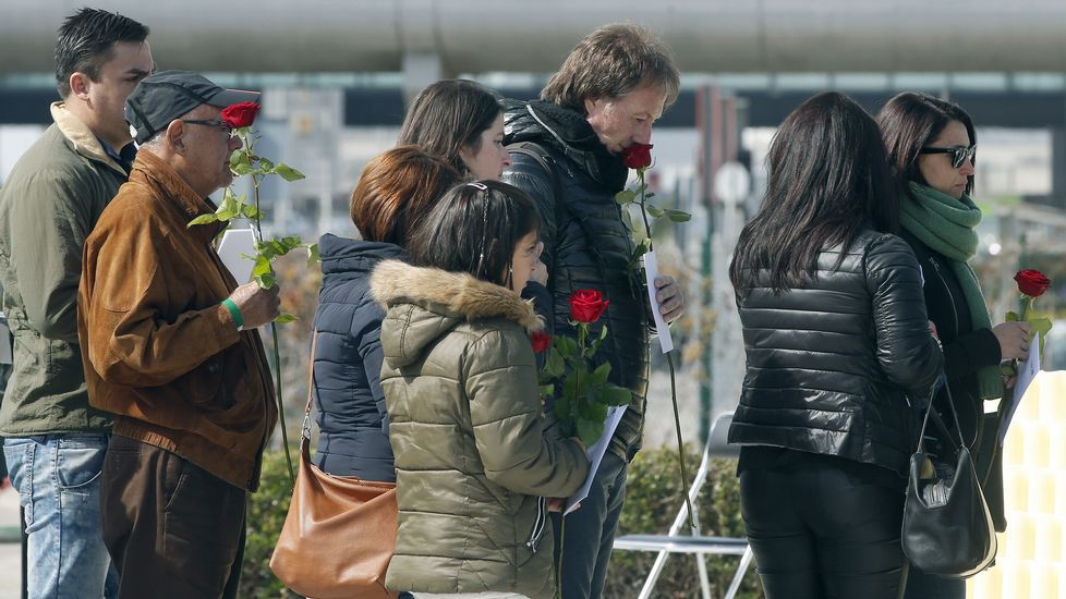 Varios familiares dejan rosas en el monumento de recuerdo durante el homenaje a las víctimas del accidente de Germanwings.