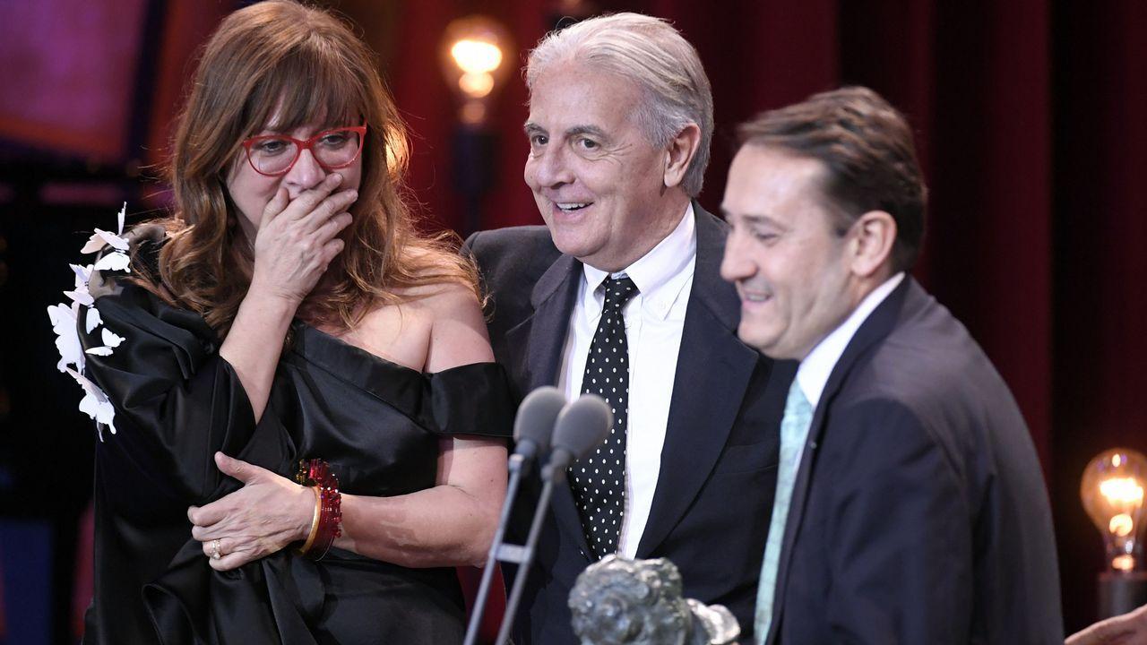 Isabel Coixet y su equipo recogiendo el premio a mejor película en Los Goya por La Librería