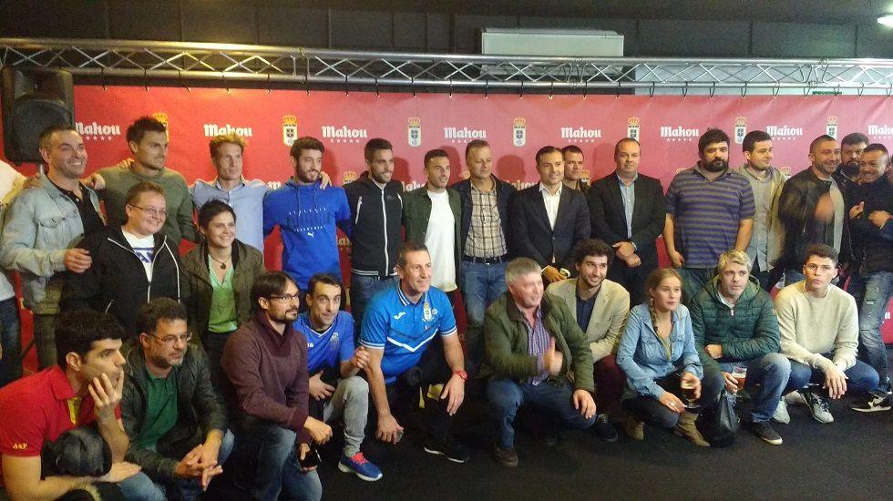 Los jugadores posan con varios hosteleros de Oviedo en el acto organizado por Mahou