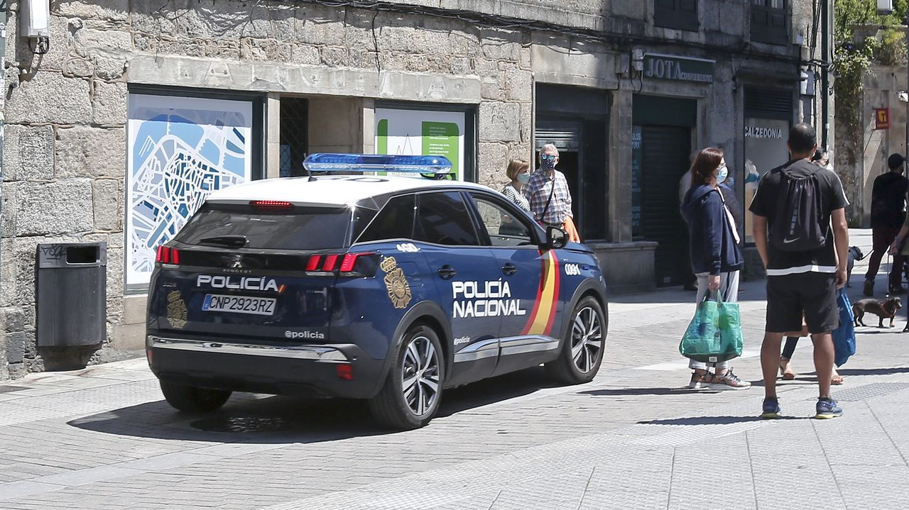 Una mujer muere en un incendio en una vivienda de Sigüeiro.Coche de la Policía Nacional patrullando por las calles de Pontevedra