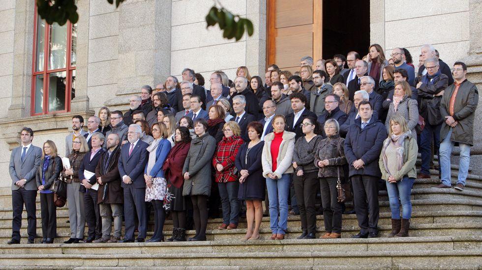 violenciamachista.Diputados gallegos de diferentes partidos durante la concentración ante la puerta principal del Parlamento de Galicia por la muerte violenta de dos jóvenes presuntamente a manos de sus ex parejas