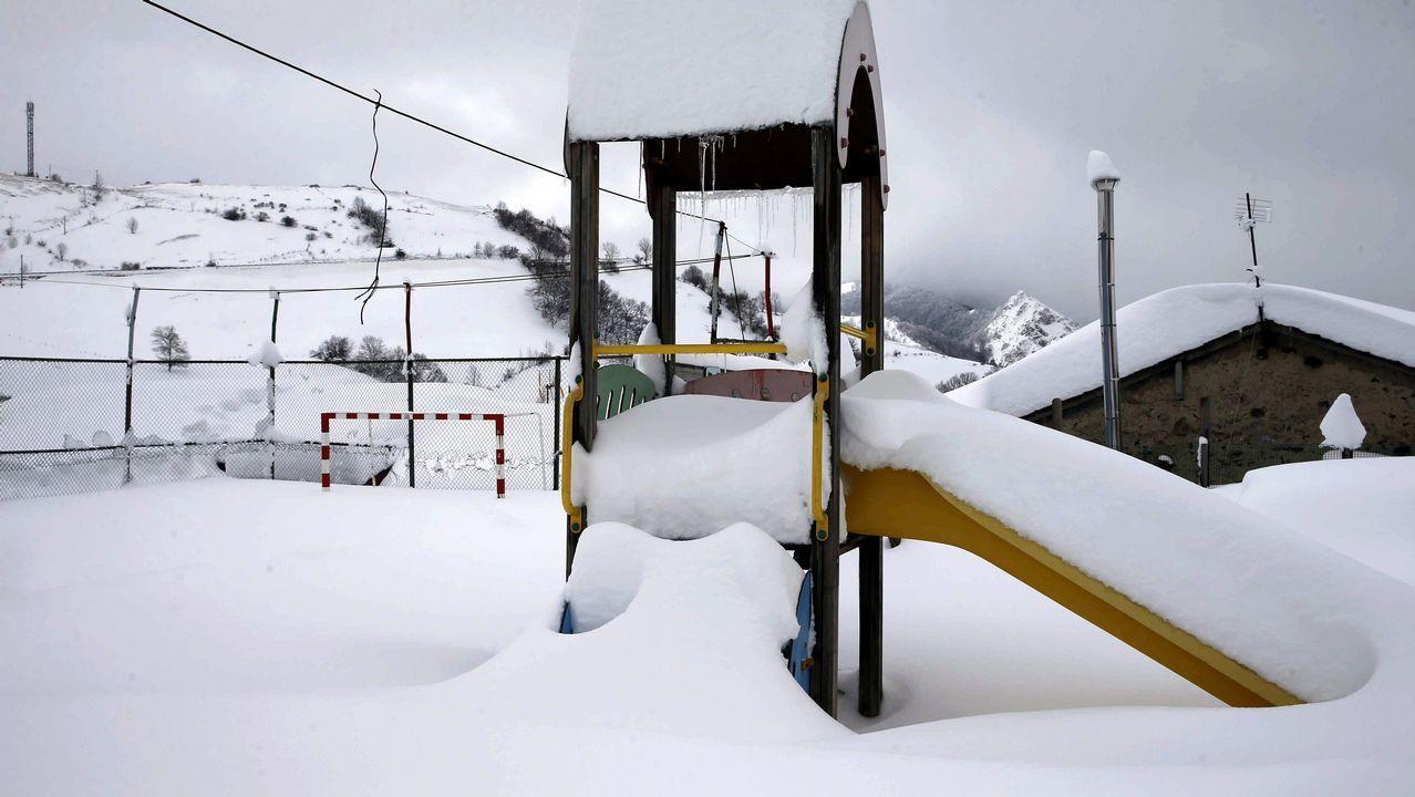 Carretera abierta alrededor de la nieve en Somiedo. Imagen de un parque de juegos en Pajares (Asturias)